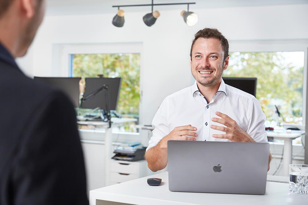 Gespräch mit Kunden und Nico Wohlleb von Weltraum.de im Memminger Büro der Weltraum Online Marketing